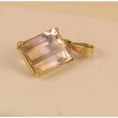 A BEAUTIFUL VINTAGE 18CT GOLD MYSTIC TOPAZ EMERALD CUT PENDANT -