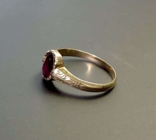BEAUTIFUL EARLY VICTORIAN CHASED GARNET SET RING -