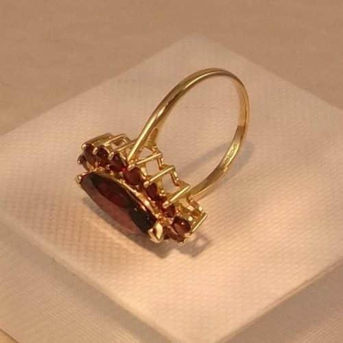 9CT GOLD & GARNET CLUSTER RING -