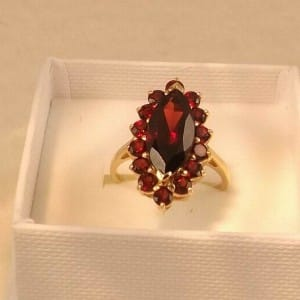 9CT GOLD & GARNET CLUSTER RING