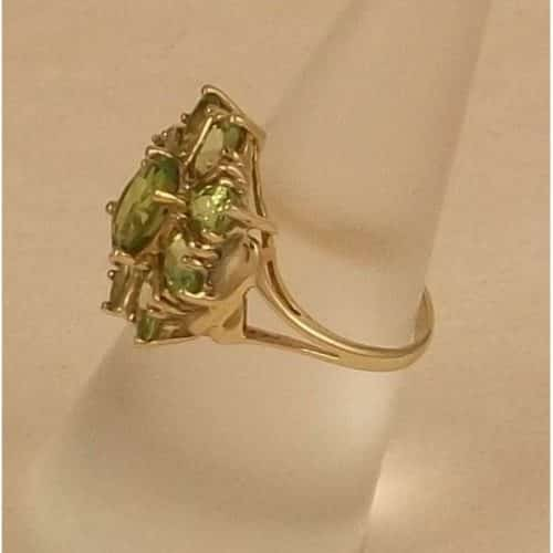 A BEAUTIFUL HEAVY 10CT SOLID GOLD NATURAL PERIDOT RING -