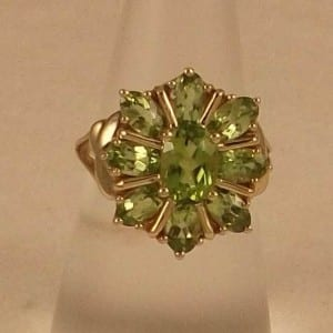 A BEAUTIFUL HEAVY 10CT SOLID GOLD NATURAL PERIDOT RING
