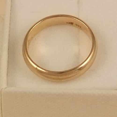 A STUNNING VINTAGE 9CT GOLD WEDDING BAND RING -