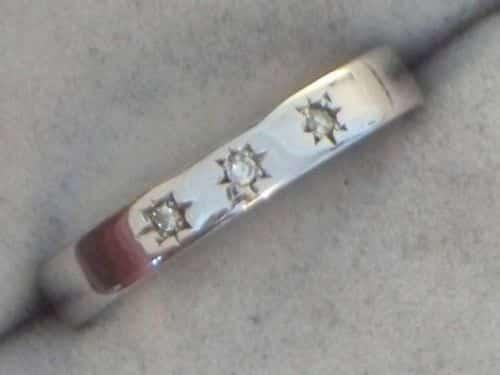 9CT WHITE GOLD LADIES 3 STONE DIAMOND BAND RING -