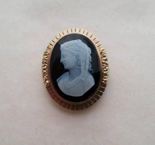 19TH CENTURY HARDSTONE SARDONYX AGATE PIN, 15K GOLD -