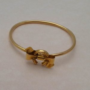 1833b-DELIGHTFUL EDWARDIAN 15 CARAT GOLD HORSESHOE & BOW BANGLE