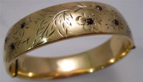 VINTAGE 9CT ROLLED GOLD HINGED BANGLE - HALF ENGRAVED - SET WITH GARNETS -